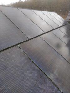 Solární panely na střeše budovy